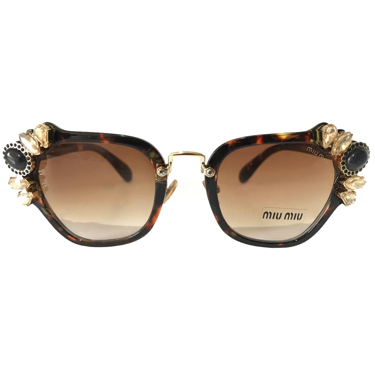 عکس عینک آفتابی زنانه میومیو مدل SMU03/S-1 به همراه جاسوییچی چرم طبیعی طرح کفش هدیه