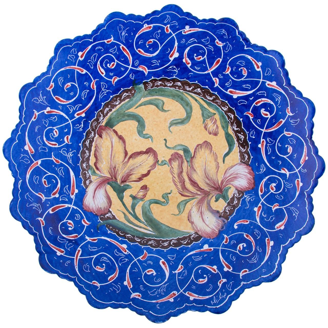 بشقاب مسی میناکاری شده اثر صالحی زاده طرح گل زنبق قطر 20 سانتی متر