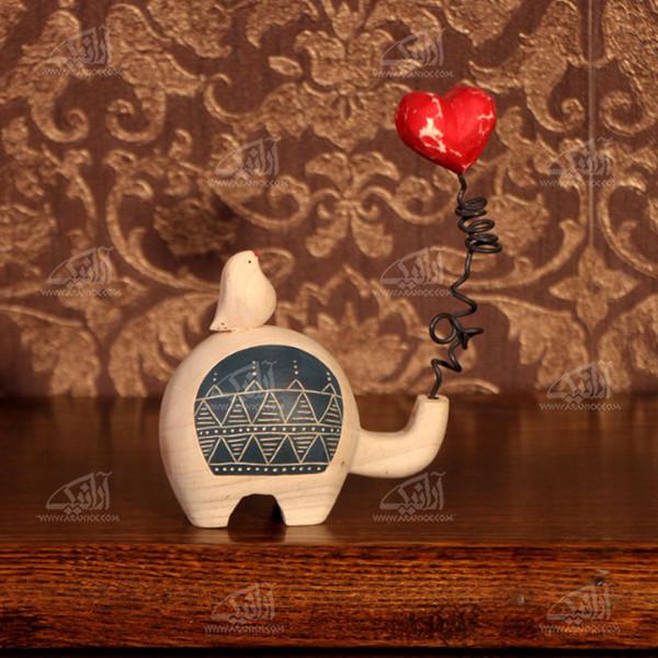 مجسمه چوبی  رنگ آمیزی رنگ قهوه ای روشن طرح فیل عاشق مدل 1105900006