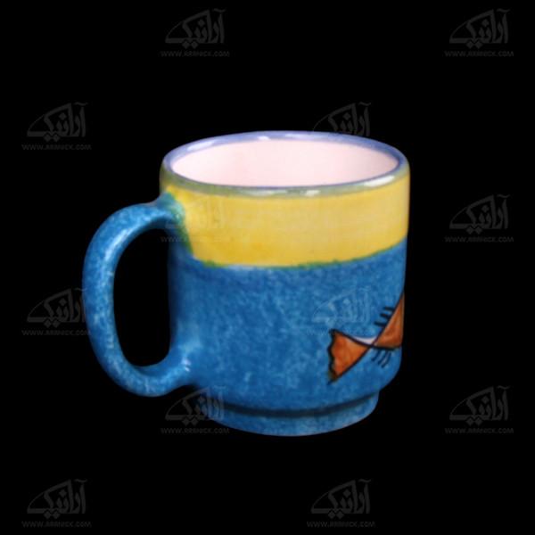 لیوان سفالی آرانیک دسته دار نقاشی زیر لعابی رنگارنگ طرح ماهی مدل 1002900013
