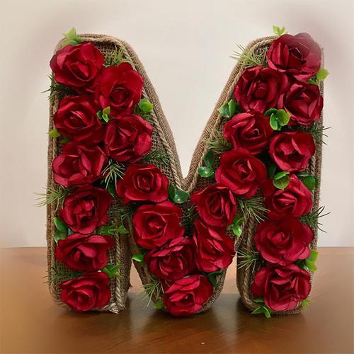 استند گل مصنوعی طرح حرف M کد 255